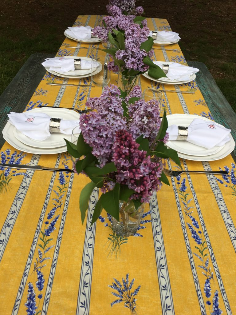 Picnic in the park   Tablescpae   Table Inspriation   Table Decor Ideas   Spring Table Inspiration   Picnic Table   Picnic Table Decor   Mothers Day Table