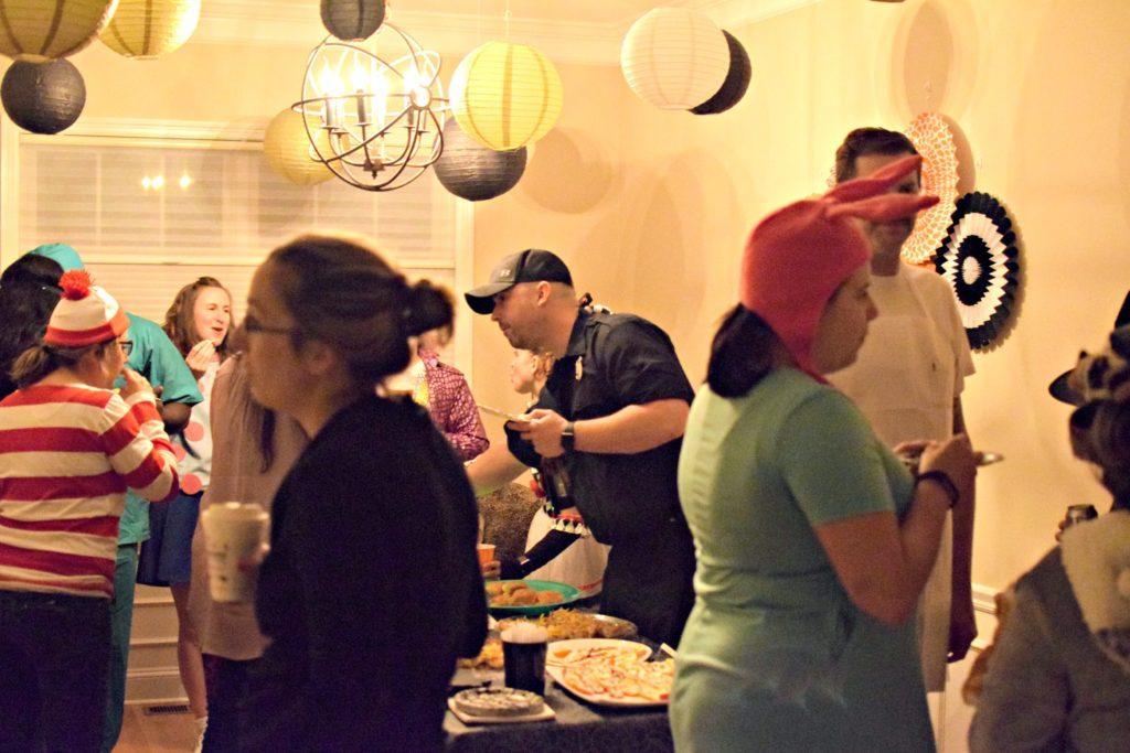 Halloween Party | Halloween decorations | classy halloween | kid friendly hallowee decorations | Classic Halloween decorations | Black white and gold halloween decorations | halloween decoration inspiration | halloween costume contest |